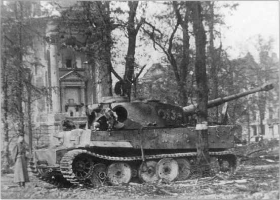 «Тигр I» из состава танковой дивизии «Мюнхеберг» («Muencheberg») номер «323» в центре Берлина. Май 1945 года.