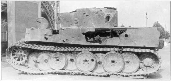 Pz.Kpfw.VI(H) на выставке трофейной техники в Москве. Вероятно, до выставки машина подвергалась обстрелу советскими артиллеристами. Лето 1943 года.