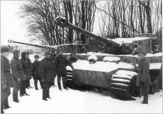 Танки Pz.Kpfw.VI(H) номер «S54» и «S51» из состава 1-й танковой дивизии СС. Видимо, они были захвачены советскими войсками в конце 1943 года. Выставка трофейной техники, зима 1944 года.