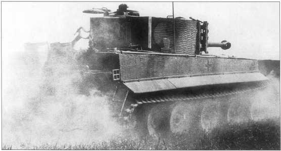 «Тигр» среднего периода выпуска (номер «331» с белой окантовкой и голубым заполнением) под командованием юнкера СС Эрвина Эсбаха (Erwin Asbach) ведет боевые стрельбы. Франция, июнь 1944 года.