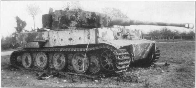 «Тигры», подбитые британскими войсками в Нормандии. Тактические номера: «223» (на фото вверху) и там же видна эмблема 2-го корпуса СС (II.SS Panzer-korps) в виде руны молнии красного цвета и «231» (на фото внизу). Август-сентябрь 1944 года.
