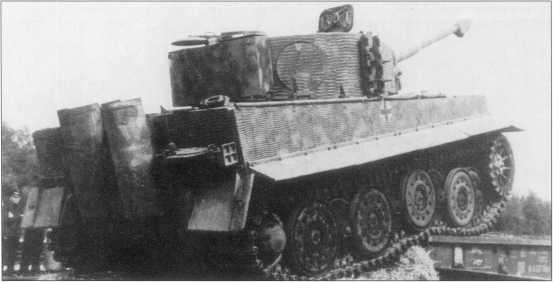 Танкисты 9-й роты дивизии «Мертвая голова» осматривают повреждения танка «Тигр I» за номером «921». Лето 1943 года.