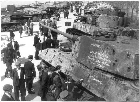 Тяжелые танки «Тигр» на выставке трофейной техники в Москве. Лето 1945 года.