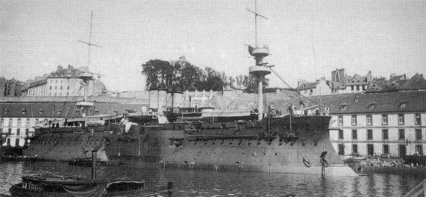 """Броненосец """"Курбэ"""" в конце 1890-х гг. (вверху) и после модернизации 1899-1900 гг."""