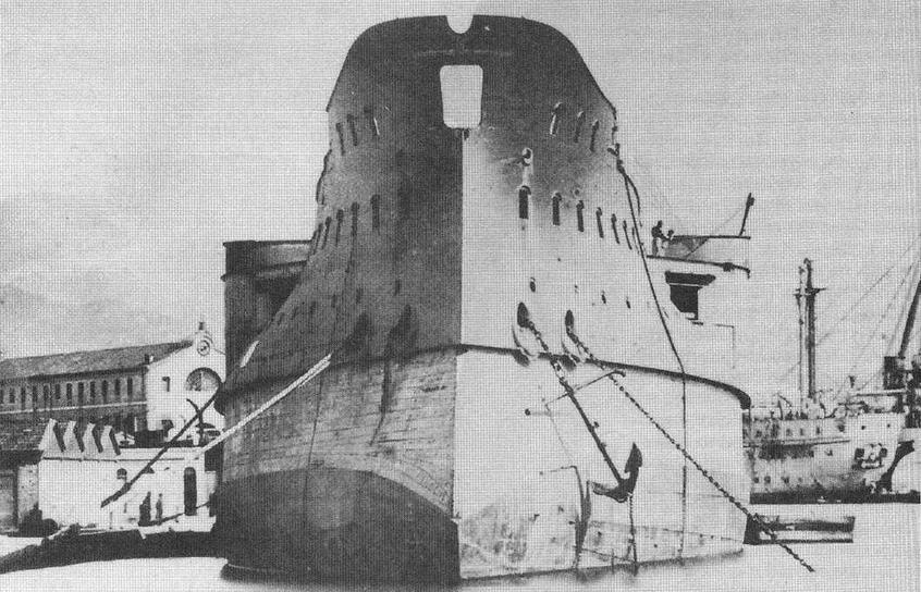 "Корпус <a href='https://arsenal-info.ru/b/book/3818345103/16' target='_self'>броненосца</a> ""Фудройан"" (будущий ""Курбэ"") после спуска на воду. 27 апреля 1882 г."