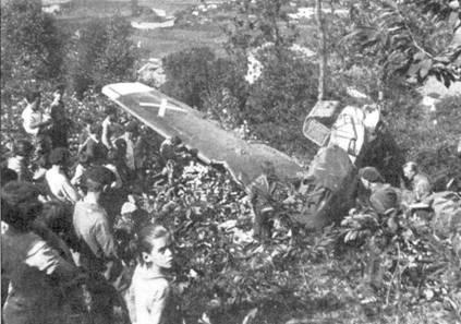 Местные жители возле сбитого самолета лейтенанта Вальтера Адольфа.