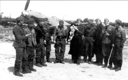 Летчики первой эскадрильи после полетов.