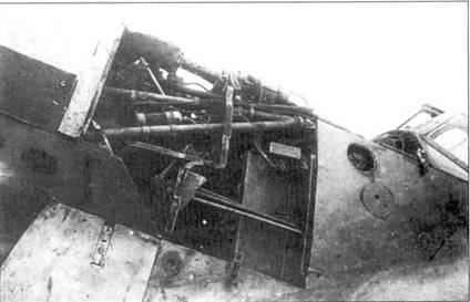 Левый борт носовой части истребителя Bf.109-1, лючок прикрывающий горловину маслобака открыт.