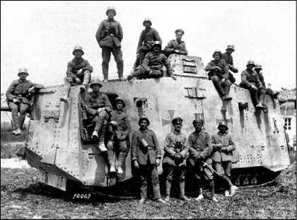 Тяжелый танк A7V и его экипаж.