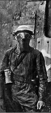 Немецкий танкист в шлеме и защитной маске позирует на фоне своего A7V.