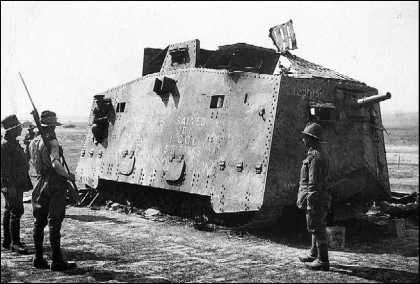 Австралийские пехотинцы осматривают захваченный танк A7V Mephisto. Сейчас этот единственный сохранившийся немецкий танк периода Первой мировой войны демонстрируется в музее г. Брисбен (Австралия).