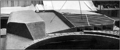 Вид спереди на даймлеровский «грострактор». В носовой части размещался прожектор, закрытый броневым кожухом (фото вверху). Крыша моторно-трансмиссионного отделения, вид в корму (фото внизу).