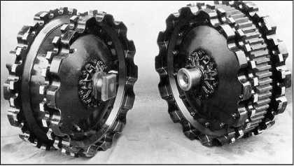Направляющее (слева) и ведущее (справа) колеса «грострактора» фирмы Daimler-Benz.
