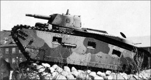 Krupp-Grosstraktor, установленный перед казармой 5-го танкового полка в Вюнсдорфе близ Берлина.