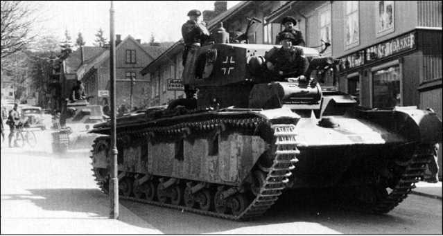 Многобашенный танк Nb.Fz. на улицах Осло. Апрель 1940 года. Следующий за Nb.Fz. командирский kl.Pz.Bf.Wg. кажется на его фоне лилипутом.