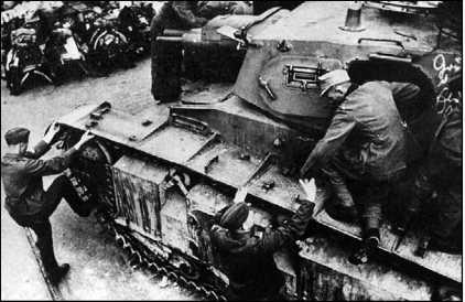 Экипаж занимает места в танке Nb.Fz. Дверцы в бортах башни были отличительной особенностью немецких средних и тяжелых танков 1930-х годов.