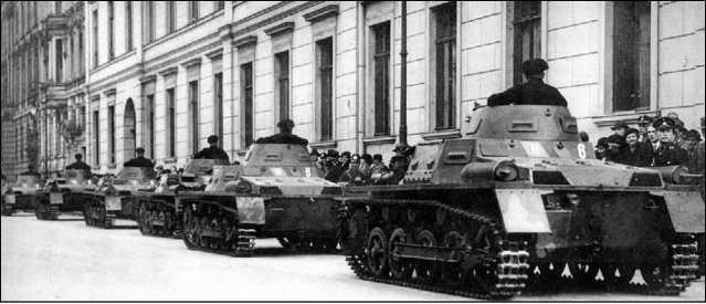 Легкие танки Pz.I Ausf.A во время одного из парадов, часто проводившихся в Германии в 1930-е годы.