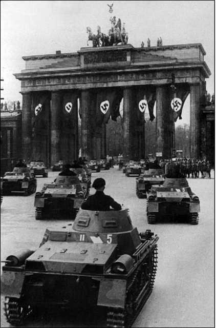 Танки Pz.I Ausf.A из состава 5-го танкового полка Вермахта проходят через Бранденбургские ворота.