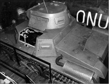 Вид сверху на Pz.I Ausf.A. Хорошо видны сетчатое ограждение глушителя и открытый посадочный люк механика-водителя.