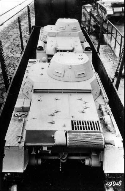 Pz.I Ausf.B, вид сзади сверху. Хорошо видны отличия кормовой части от танка Ausf.A, в частности расположение глушителя.