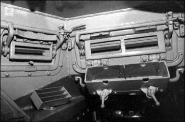 Интерьер башни танка Pz.I Ausf.A. Слева — механизм поворота башни; справа, под амбразурами и рамкой для крепления пулеметов,— короб для пулеметных магазинов (фото вверху). Хорошо различима система открывания смотровых лючков. В коробке под сдвоенным прибором наблюдения механика-водителя устанавливались стеклоблоки триплекс (фото внизу).
