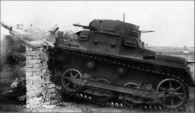 Легкий танк Pz.I Ausf.A пробивает кирпичную стену во время показательного выступления. 1930-е годы.