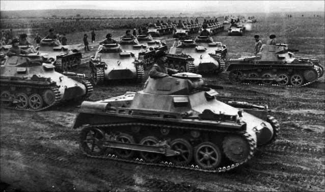 Легкие танки Pz.I Ausf.A одной из первых танковых дивизий Вермахта на учениях. 1936 год.