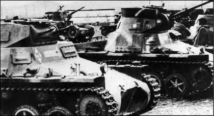 На фото вверху — танки Pz.I и Т-26 испанского Иностранного легиона. На нижнем снимке виден танк, перевооруженный 20-мм пушкой Breda. Выкрашенные в серый цвет немецкие танки получили в Испании прозвище «Негрилло».