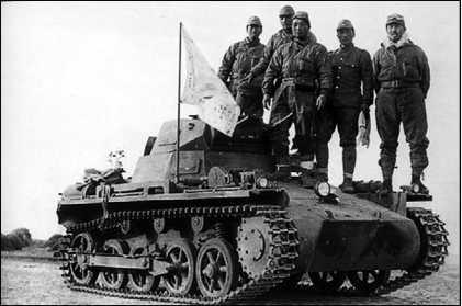 Японские солдаты позируют на захваченном гоминьдановском Pz.I Ausf.A.