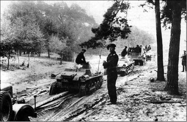 Колонна танков Pz.I Ausf.A из состава 2-й легкой дивизии Вермахта. Польша, 5 сентября 1939 года.
