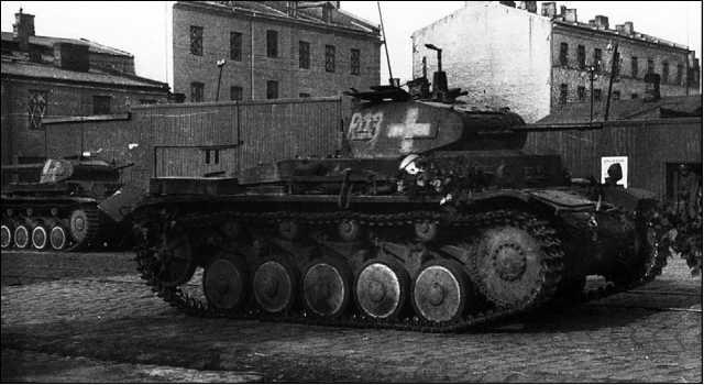 Легкий танк Pz.II Ausf.C из состава 2-го батальона 36-го танкового полка 4-й танковой дивизии Вермахта ведет бой на одной из улиц Варшавы. Сентябрь 1939 года.