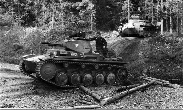 Колонна немецких танков в Арденнах. Май 1940 года. На переднем плане Pz.II Ausf.C, за ним — Pz.I Ausf.B.