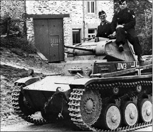Легкий танк Pz.II Ausf.C на дороге к Седану. 2-я танковая дивизия Вермахта. Франция, май 1940 года.
