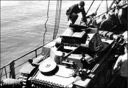 Начало операции Sonnenblume («Подсолнечник»)— погрузка на суда танков Африканского корпуса для доставки в Триполи. Неаполь, весна 1941 года. На фото — прошедший модернизацию Pz.II Ausf.C.