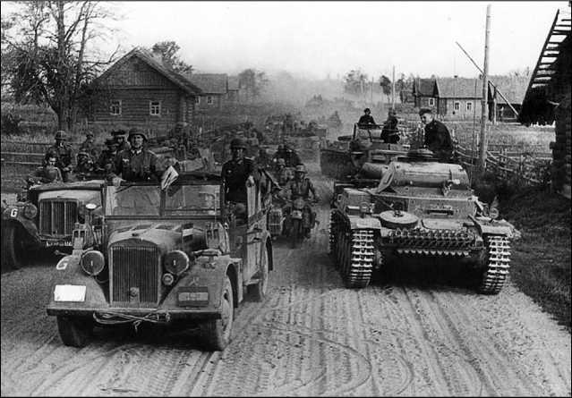 Вверху: горящий танк Pz.II из состава 7-й танковой дивизии, подбитый под Алитусом. Июнь 1941 года. Внизу: колонна боевой техники 3-й танковой дивизии Вермахта на дороге в районе Пружан. Июнь 1941 года. На переднем плане полноприводный автомобиль «Хорьх 901» и танк Pz.II Ausf.C.