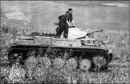 Уничтоженный советской артиллерией Pz.II Ausf.C из состава 2-й танковой группы генерала Гудериана. Восточный фронт, лето 1941 года (вверху). Pz.II Ausf.C в украинской степи. Восточный фронт, группа армий «Юг», лето 1941 года (внизу).