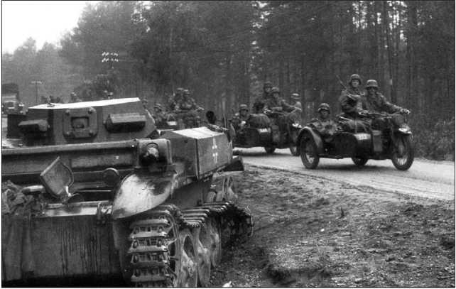 Немецкие мотоциклисты проезжают мимо подбитого огнеметного танка Flammpanzer II. Восточный фронт, 1941 год.