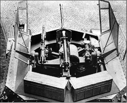 Вид на боевое отделение разведывательного танка Aufklarungspanzer 38(t). Хорошо виден лафет вооружения с 20-мм пушкой KwK 38 в центре, пулеметом MG34 слева и прицелом TZF За справа. Откидная сетчатая крыша защищала боевое отделение от ручных гранат.
