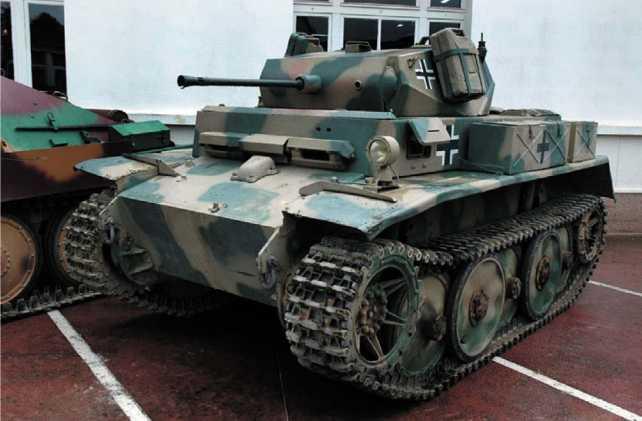 Panzer II Ausf.C (вверху) и Panzer II Ausf.L «Luchs» (внизу) находятся в собрании танкового музея в Самюре (Франция).