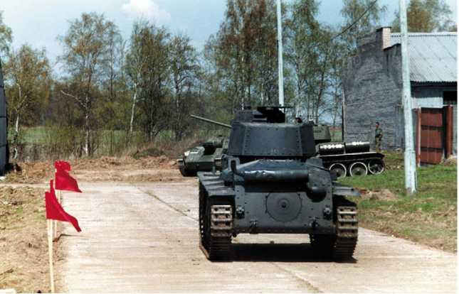 Panzer 38(t) Ausf.G из коллекции Военно-исторического музея бронетанкового вооружения и техники во время демонстрационных заездов. Кубинка, 10 мая 2003 года.