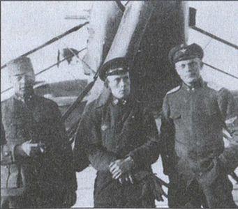 Первый финский летчик В. Миккола (в центре) вместе со своими коллегами готовится к вылету на самолете С27/18
