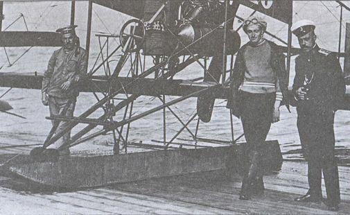 Мичман Н.А. Рагозин (в центре) с одним из своих коллег по гидроавиации Черноморского флота на фоне гидросамолета системы «Кертисс». 1914г.