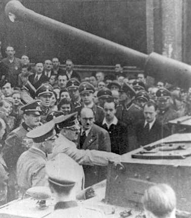 Гитлер в окружении высших офицеров Вермахта и СС осматривает один из первых танков Ausf.F2. Берлин, 4 <a href='https://arsenal-info.ru/b/book/916905488/13' target='_self'>апреля 1942 года</a>.