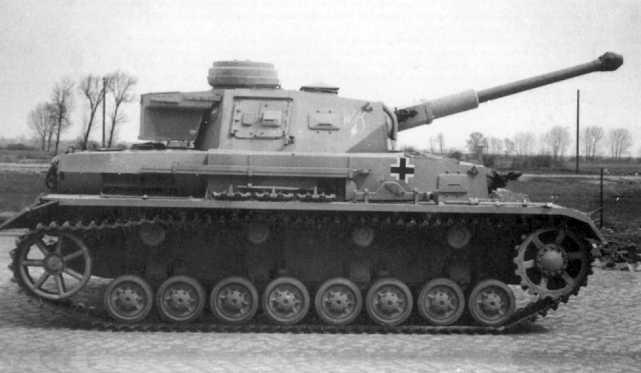 Новенький Pz.IV Ausf.F2. Весна 1942 года. Судя по всему, снимок сделан на одном из полигонов в Германии.
