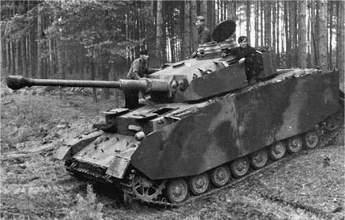 Pz.IV Ausf.J ранних выпусков. Почти полное внешнее соответствие модификации Н (единственное отличие — отсутствие бортового прибора наблюдения механика-водителя), Восточный фронт, 1944 год.