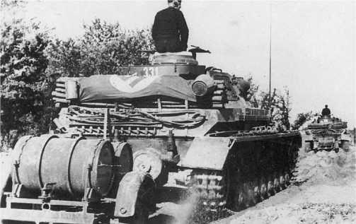 Танки подводного хода выдвигаются к советской границе. Июнь 1941 года. На крыше МТО уложены элементы воздухоподающей системы. Обращает на себя внимание специальный прицеп для дополнительных топливных бочек.