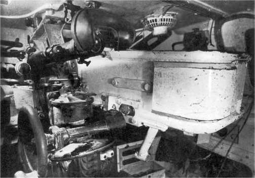 Интерьер башни танка Pz.IV Ausf.Е. Хорошо видны ограждение пушки, налобник и окуляр телескопического прицела и маховик подъемного механизма.