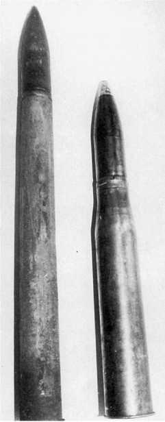 Сравнительные размеры двух выстрелов: противотанковой пушки РаК 40 (слева) и танковой — KwK 40. Вопреки расхожему мнению они не взаимозаменяемы.