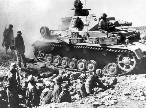 Pz.IV Ausf.F1 одной из частей Африканского корпуса выдвигается на исходную позицию для атаки. 1941 год.