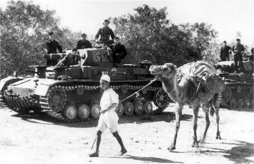 Pz.IV Ausf.D только что прибывшие в Северную Африку, 5-я легкая дивизия, март 1941 года. Танки еще выкрашены в серый «европейский» цвет, а на танкистах еще не тропическая форма.
